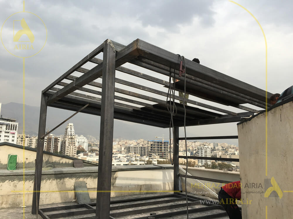 اجرای سقف آهنی آلاچیق شیشه ای در اجرای روف گاردن در تهران خیابان مریم شرق