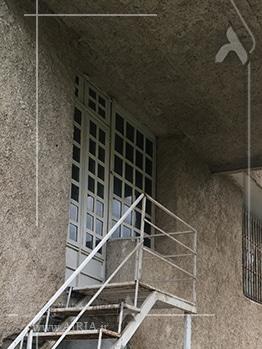 درب ورودی ساختمان ویلا باید تعویض شود